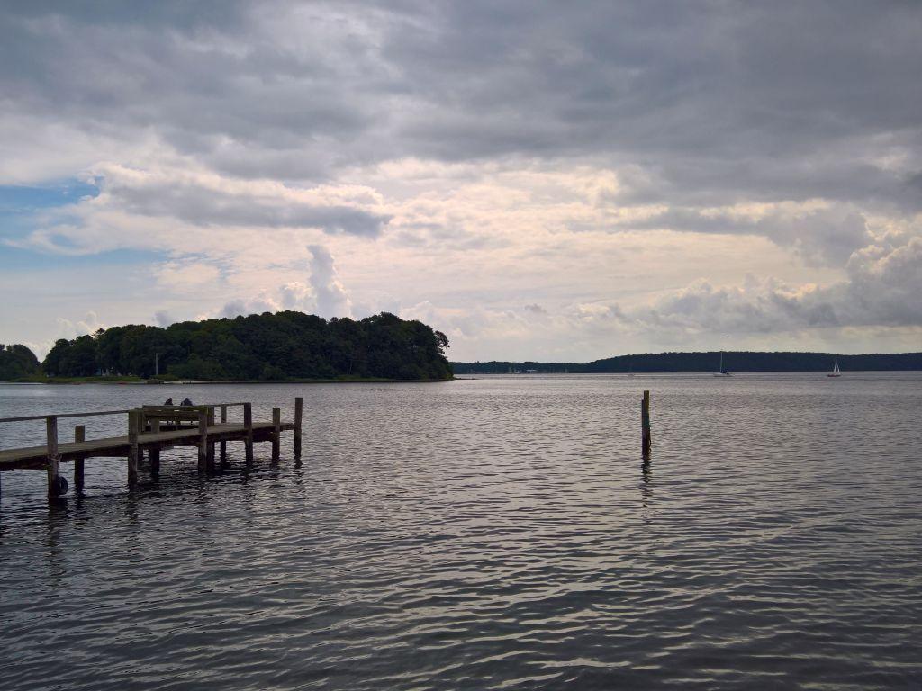 Das Foto zeigt eine Insel in der Flensburger Förde. Das Foto ist von Lisa K. Schuermann