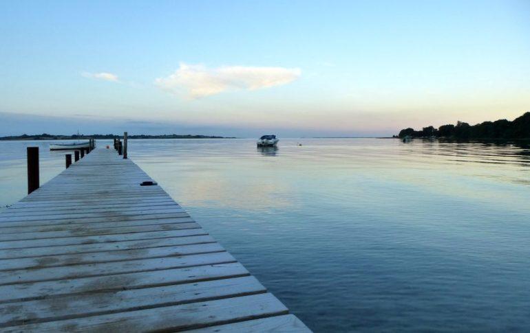 Das Foto zeigt einen Holzsteg mit Blick auf das Meer. Das Foto ist von Lisa K. Schuermann.