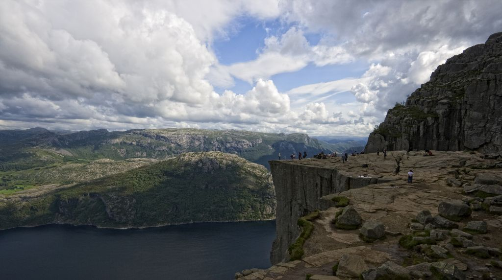 Der Preikestolen tronht rund 600 Meter über dem Lysefjord, © Tim Ove, CC BY 2.0